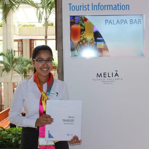 pantalla informativa en el lobby con una promotora de negocios dentro del hotel info channel